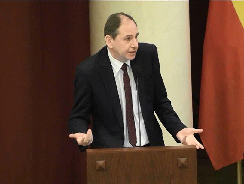 Radny Dariusz Figura (PiS) na mównicy podczas sesji Rady Warszawy w 2019 r.