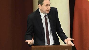 Radny Dariusz Figura (PiS) na mównicy podczas sesji Rady Warszawy