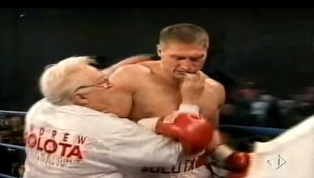 Al Certo próbuje siłą włożyć ochraniacz na szczękę Andrzejowi Gołocie