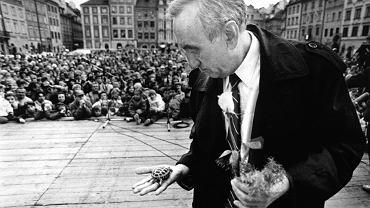 Tadeusz Mazowiecki z żółwiem podczas wiecu wyborczego w Warszawie