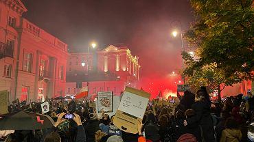Protest na Krakowskim Przedmieściu przed Pałacem Prezydenckim