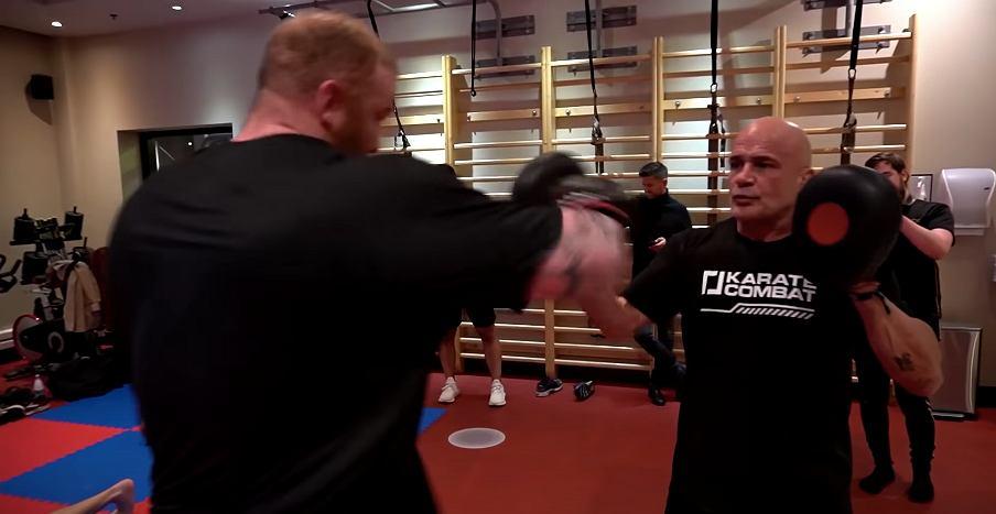 Hafthor Bjornsson podczas treningu z legendą MMA - Basem Ruttenem. Źródło: YouTube (kanał Bjornssona)
