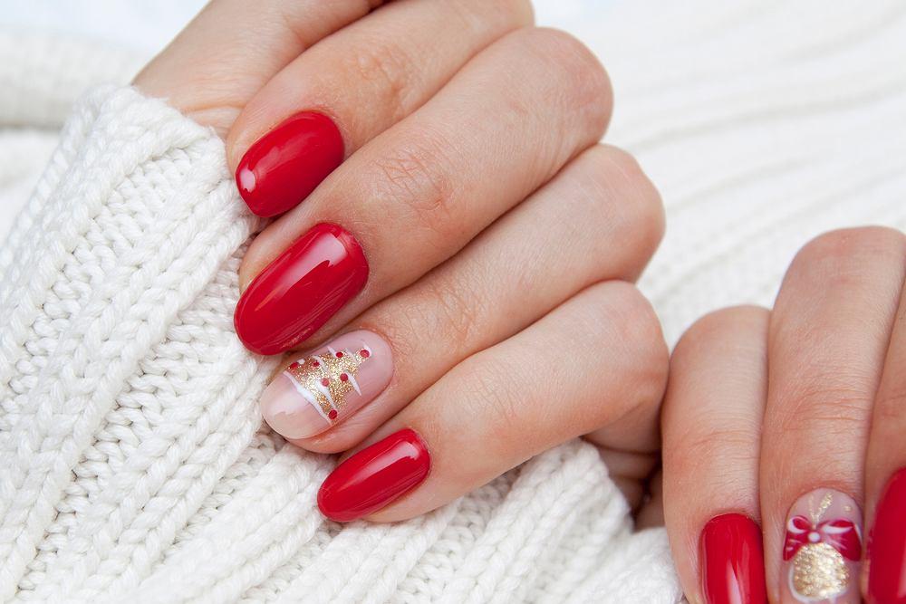 Czerwone paznokcie na sylwestra i święta. Zdjęcie ilustracyjne