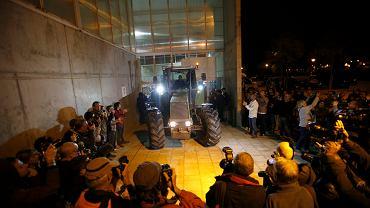 1.10.2017 r., Saint Julia de Ramis k. Girony. Traktor zaparkowany w drzwiach komisji referendalnej, w której ma głosować prezydent Katalonii Carles Puigdemont