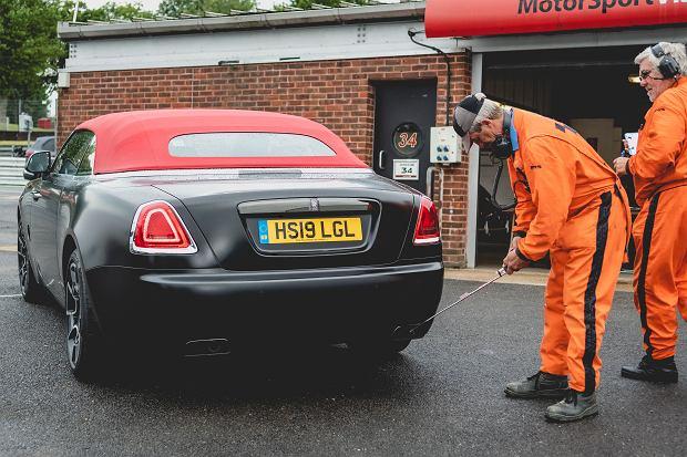 Rolls Royce Dawn Black Badge podczas obowiązkowego badania poziomu hałasu przed wyjazdem na tor Brands Hatch