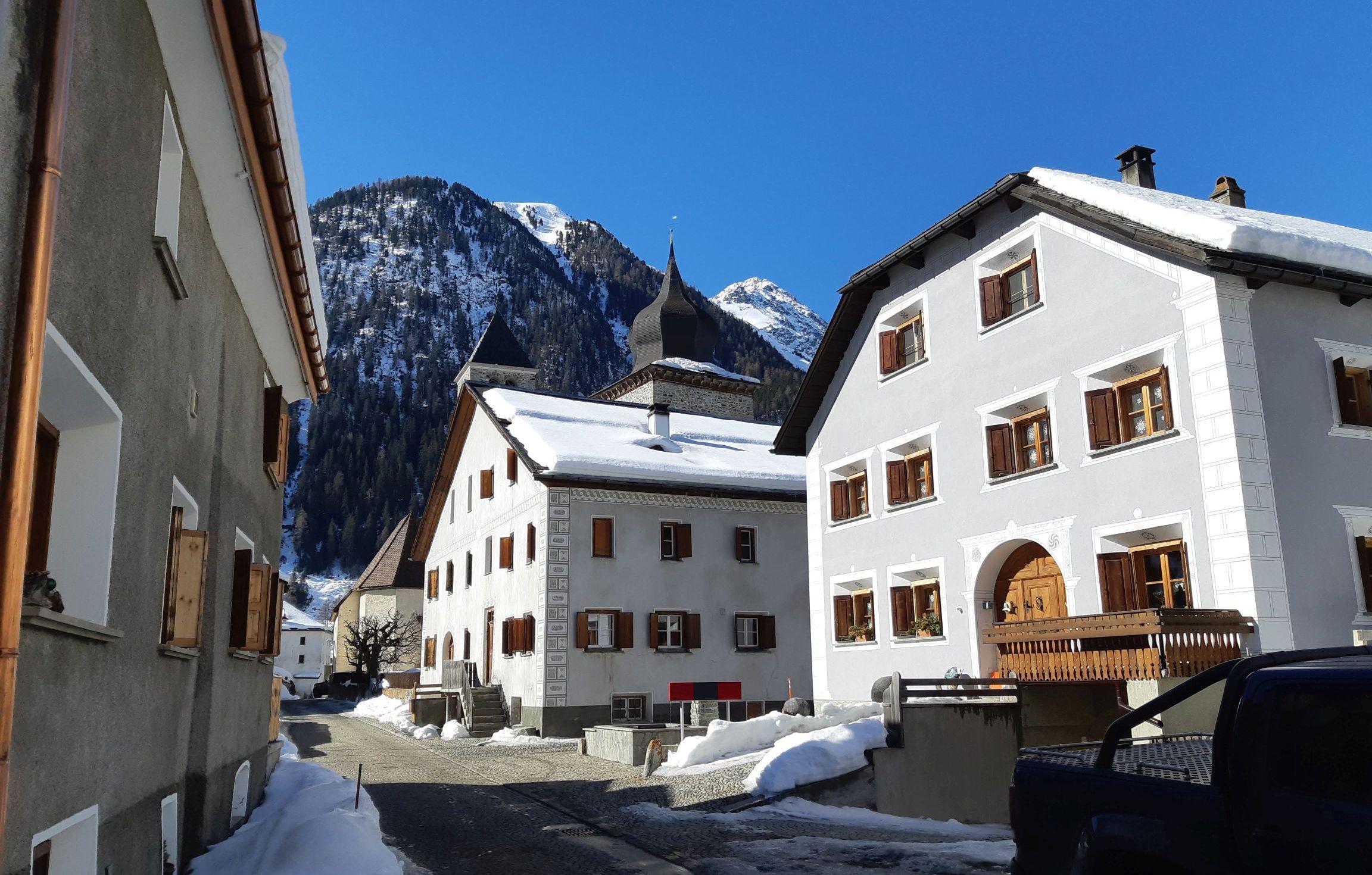 Domy w Susch pamiętają czasy średniowiecza. Ludzie mieszkają w nich do dzisiaj