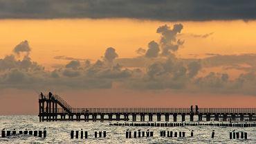 Polskie plaże - Ustronie Morskie. Tutejsza plaża rozciąga się u podnóża niewysokiego klifu. Atrakcją Ustronia Morskiego są dwa mola, które wcinają się w morze na odległość ponad 100 metrów.