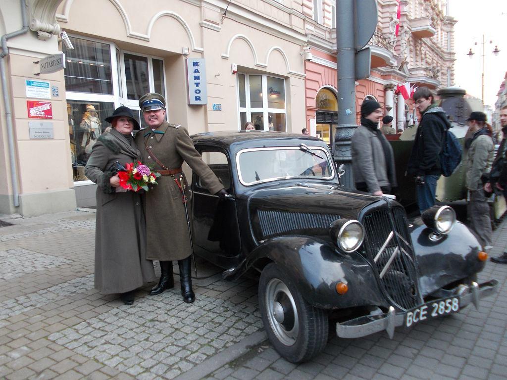 Dr Wojciech Grobelski w przedwojennym mundurze oficera Korpusu Ochrony Pogranicza wraz z żoną Barbarą podczas jednej z licznych inscenizacji historycznych
