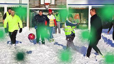 Mecz Polska - Polska na boisku szkolnym w Tromso, w Norwegii