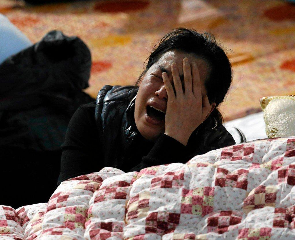 Matka płacze po przeczytaniu listy dzieci uznanych za nieżyjące