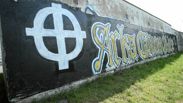 Krzyż celtycki, symbol neonazistów, znika z muru w Gdyni tylko na czas Open'era