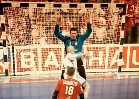 Szmal broni karnego w meczu z Serbią