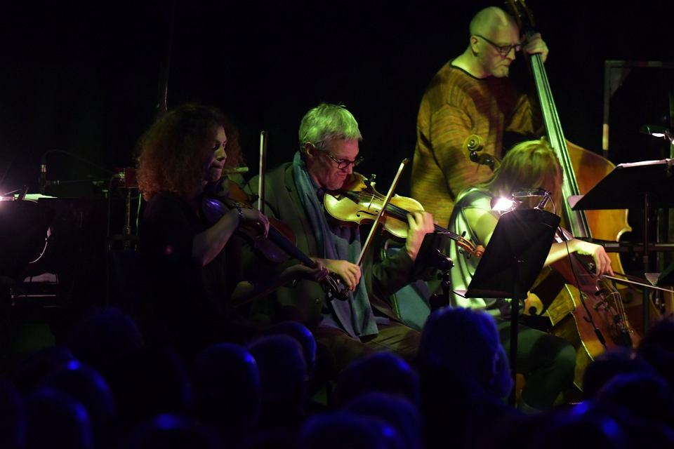 Zespół zeitkratzer gra muzykę grupy Kraftwerk na instrumentach akustycznych, festiwal w Huddersfield