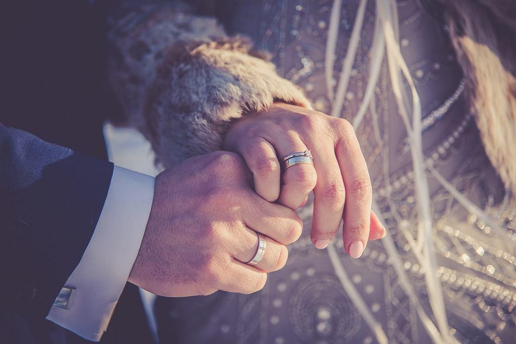 Obrączki ślubne: srebro. Elegancja w rozsądnej cenie, czy jednak złoto? Zdjęcie ilustracyjne
