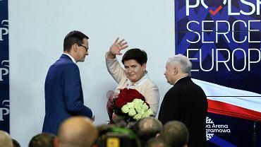 Mateusz Morawiecki, Beata Szydło i Jarosław Kaczyński podczas wieczoru wyborczego w Warszawie.