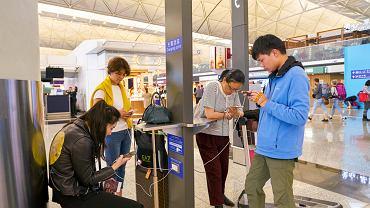 Jeżeli korzystasz z bezpłatnych stacji ładujących telefony na lotniskach,  uważaj! Łatwo mogą się stać celem ataków hakerów.