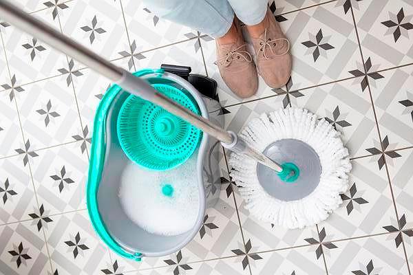 Mycie podłóg to obowiązkowa czynność podczas sprzątania