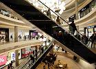 Centra handlowe płaczą, bo PiS uciera im nosa. Ceny ubrań spadły już o połowę