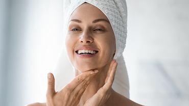 Ten masaż twarzy zajmuje 30 sekund, a działa jak lifting. To odmładzający trik gwiazd na idealną cerę bez zmarszczek (zdjęcia ilustracyjne)