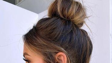 Ta fryzura jest hitem! Działa jak ekspresowy lifting. Zrobisz ją w mniej niż 30 sekund bez gumki czy spinek (zdjęcie ilustracyjne)
