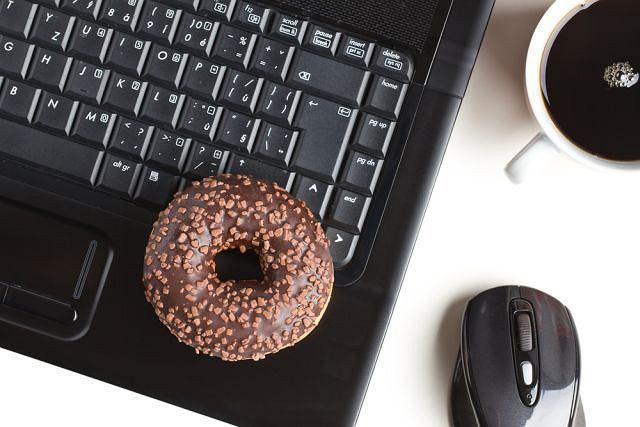 Naukowcy podejrzewają, że po rozmowie z bliskimi przyjaciółmi na portalach społecznościowych zwiększa się skłonność do jedzenia niezdrowych produktów
