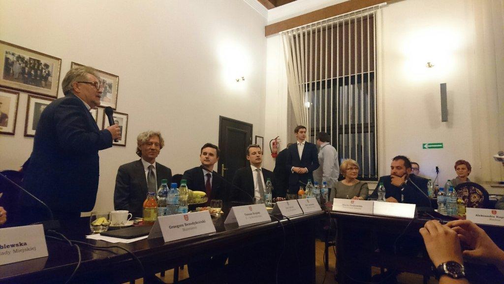 Grzegorz Benedkciński, burmistrz Grodziska Mazowieckiego przemawia do radnych na środowym spotkaniu z Dariuszem Mioduskim