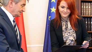 Agnieszka Kaczmarska (PiS) złożyła mandat radnej Targówka. Została szefową Kancelarii Sejmu (na zdjęciu przyjmuje nominację od Marka Kuchcińskiego (PiS), marszałka Sejmu