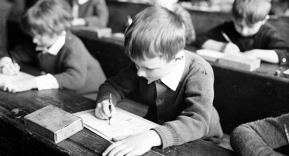 Uczniowie szkoły powszechnej im. św. Wojciecha w Krakowie podczas lekcji, kwiecień 1930 r.