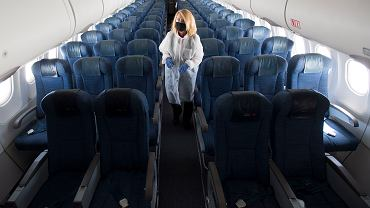 Stewardessa w pustym samolocie kanadyjskich linii lotniczych