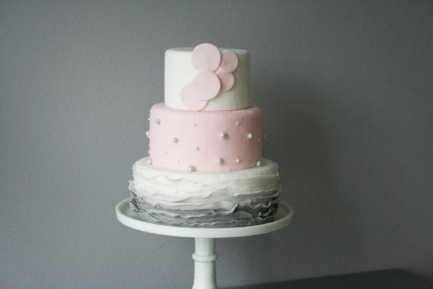 Subtelny i delikatny tort ślubny (fot. Janka Pomianowska)