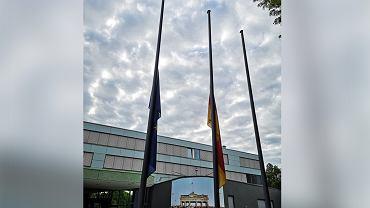 75. rocznica Powstania Warszawskiego. Przed ambasadą Niemiec opuszczono flagi