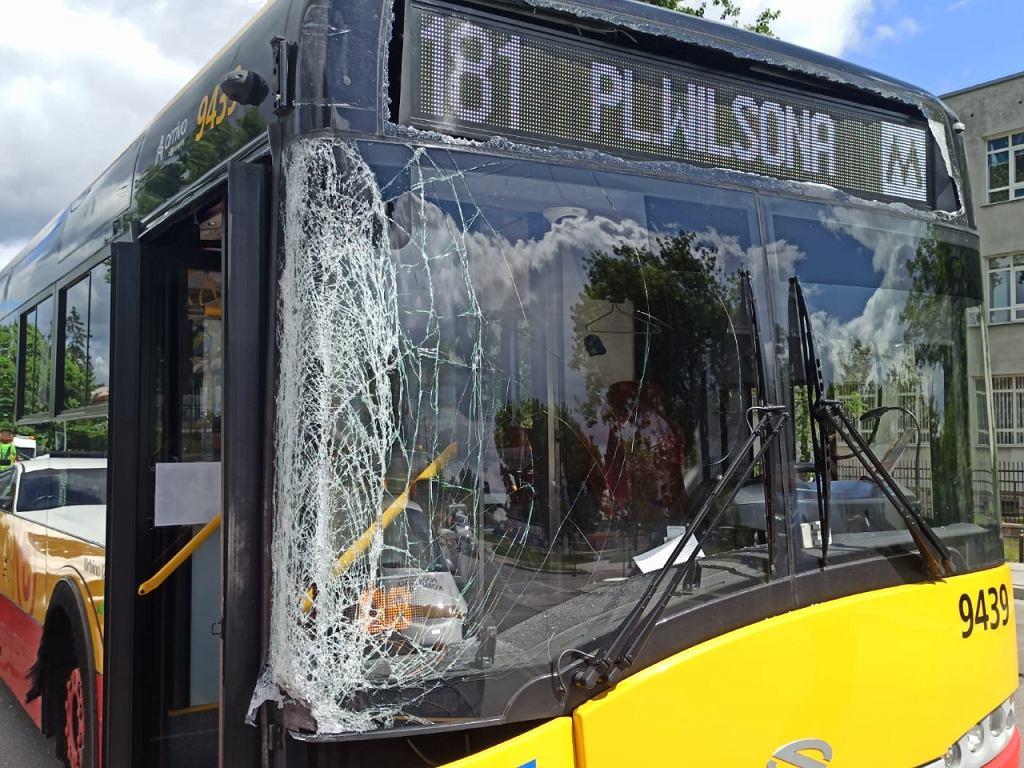 Wypadek autobusu w Warszawie. Jedna osoba przewieziona do szpitala