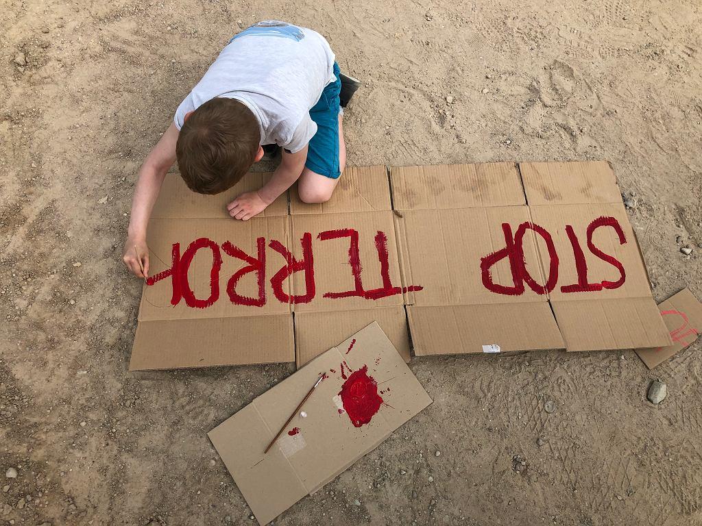 Sześcioletni Maksym z Kobrynia (Białoruś) maluje hasła na akcję zorganizowaną w pobliżu polsko-białoruskiego przejścia granicznego w Bobrownikach przez Białorusinów mieszkających w Polsce oraz wspierających ich Polaków