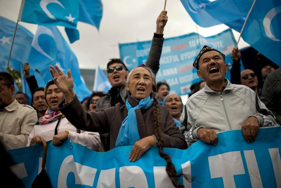 Rebiya Kadeer (w środku), jeden z przywódców Światowego Kongresu Ujgurów, podczas demonstracji w Brukseli, 1 października 2018 r.