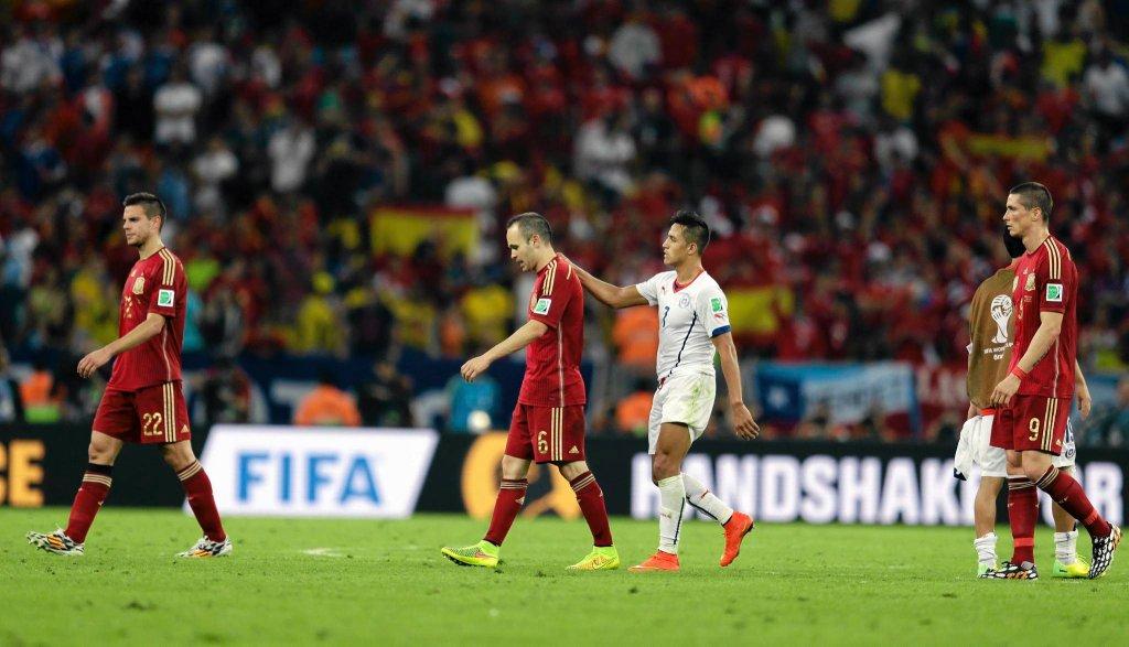 Alexis Sanchez pociesza Andresa Iniestę