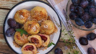 Knedle ze śliwkami to potrawa z ciasta ziemniaczanego z nadzieniem, do którego zazwyczaj wykorzystuje się śliwki węgierki