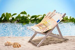 Wakacje za granicą. Jak płacić, jak przewalutować, co wybrać - kartę, gotówkę czy aplikację?