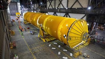 NASA pokazała pierwsze zdjęcia złożonej megarakiety, która zabierze ludzi na Księżyc. Na zdjęciu rakieta SLS