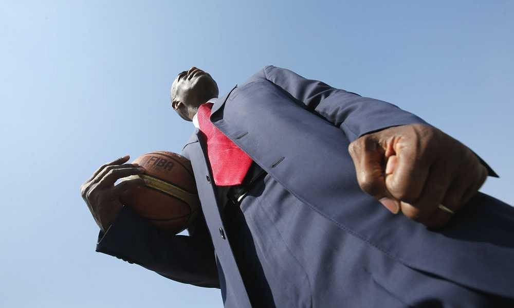 Była gwiazda NBA, Dikembe Mutombo, pozuje przed konferencją prasową w Doha