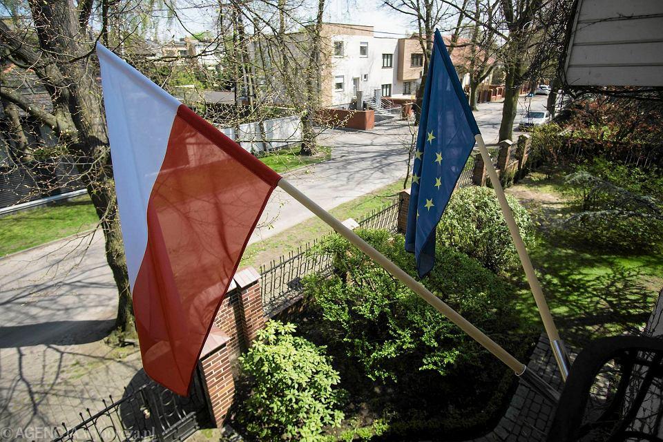 Flagi polska i unijna na jednym z domów na poznańskich Podolanach