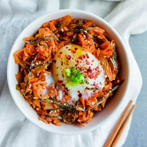 Smażony ryż z wołowiną, własnej roboty kimchi i jajkiem