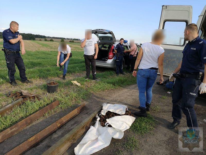 Policjanci w Kietrzu zatrzymali 4 osoby na gorącym uczynku. Straty związane z kradzieżą torów mogą sięgać 700 tys. zł