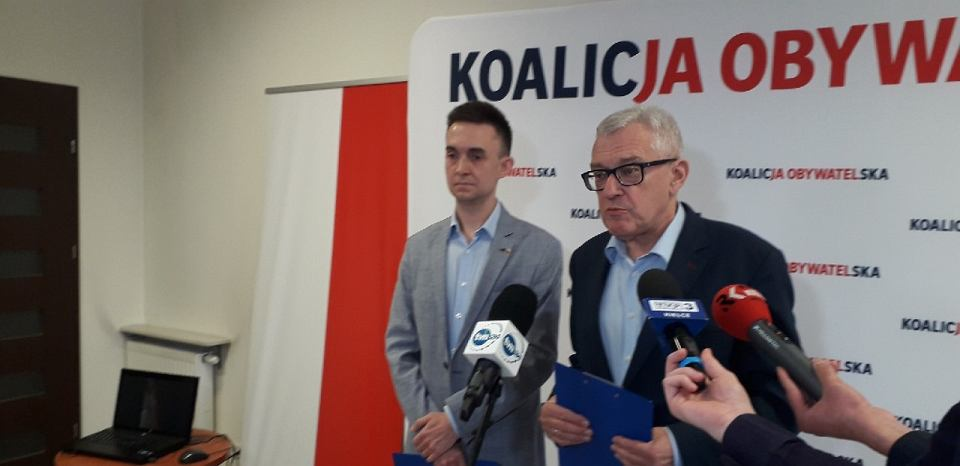 Wybory parlamentarne 2019. Konferencja prasowa Koalicji Obywatelskiej po tym jak rady PiS zaatakował jednego z działaczy