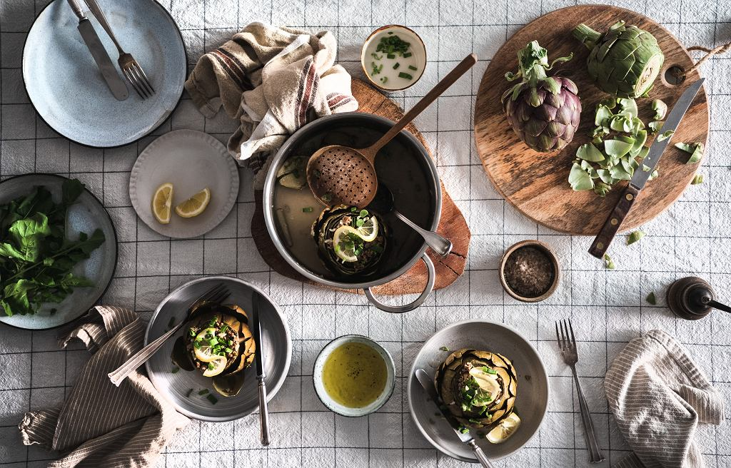 Serwis obiadowy w stonowanych kolorach.