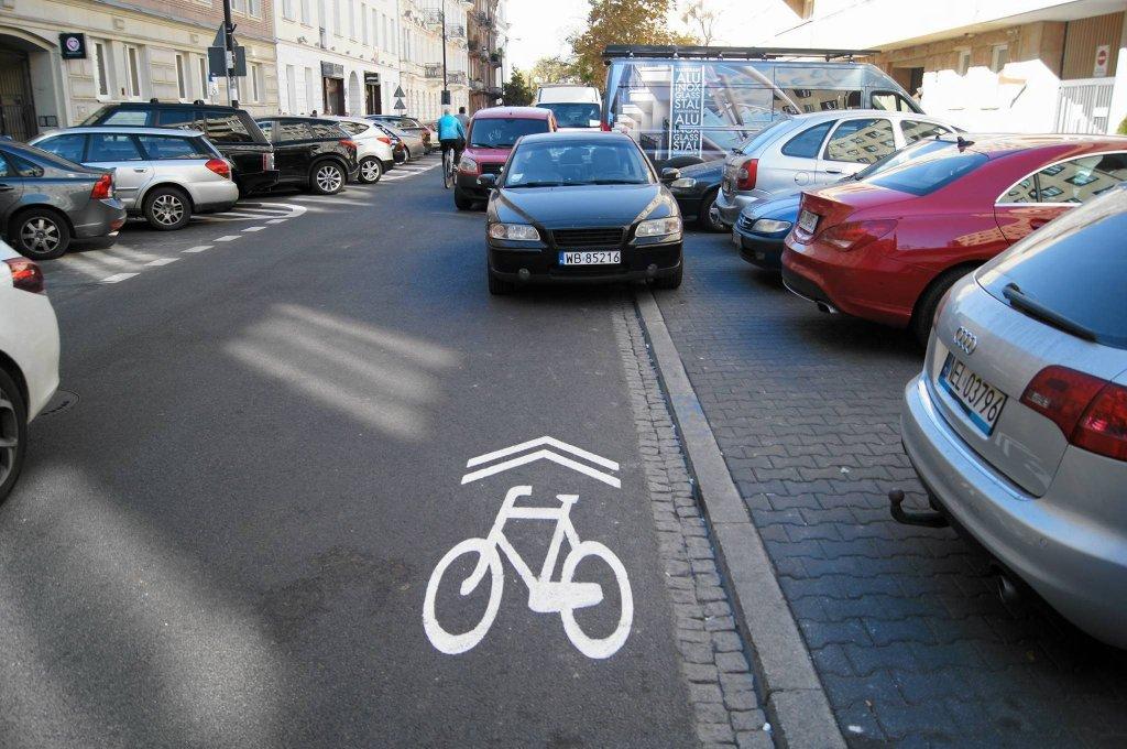 Na Wiejskiej rowerzysta może już legalnie jeździć pod prąd. Przypomina o tym znak na jezdni - tzw. sierżant rowerowy. Pewnym problemem mogą być tylko samochody parkujące 'na chwilę' na jezdni