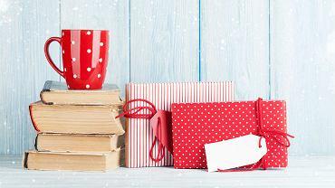 Książki, kubek i prezenty