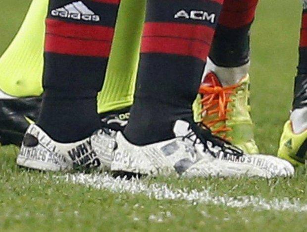 Serie A. Balotelli miał buty z... okładkami gazet na swój temat