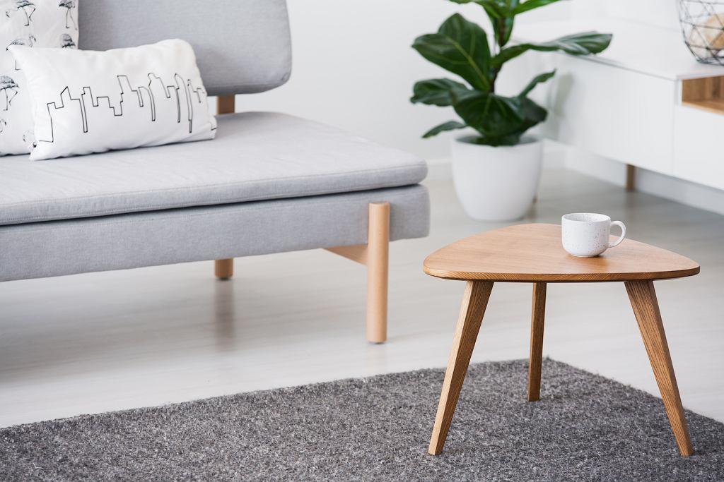 Drewniany stolik kawowy.