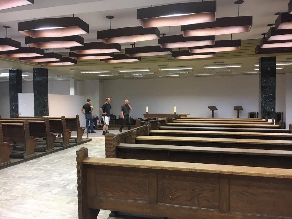 Przygotowania w tymczasowej kaplicy w dawnym banku do nabożeństw