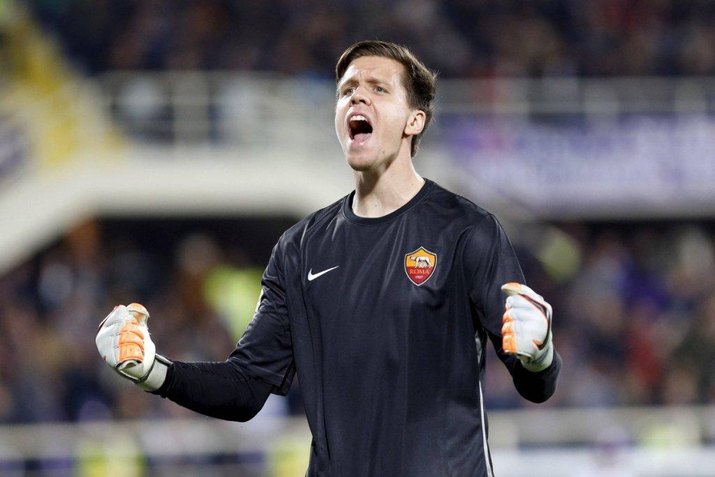Bramkarz AS Roma Wojciech Szczęsny cieszy się z drugiego gola dla swojej drużyny w meczu z Fiorentiną